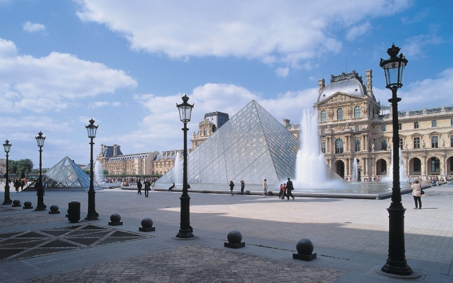 Louvre-Museum-Paris-Photo
